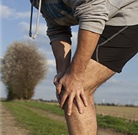 Man-with-Knee-Pain-Jogging-Outside